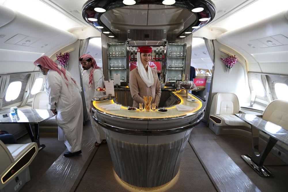 Aeromoça da companhia aérea Emirates Airlines, dentro da maior aeronave de passageiros do mundo durante Show Aéreo Internacional Bahrein 2018