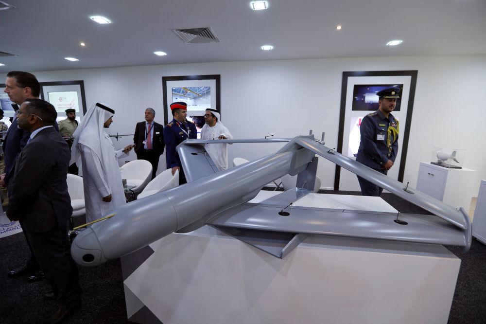 Visitantes observam drone militar no estande dos Emirados Árabes Unidos durante Show Aéreo Internacional Bahrein 2018