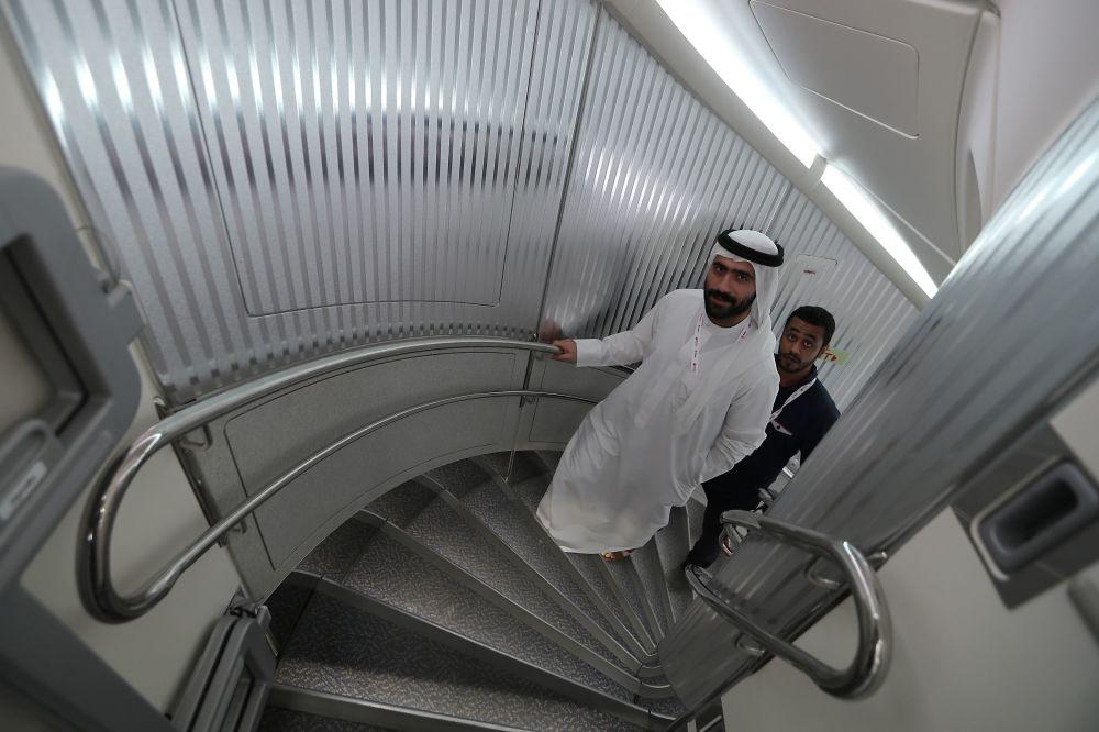 Passageiros andam dentro do 100º Airbus A380 de dois andares da Emirates Airlines, a maior aeronave de passageiros do mundo