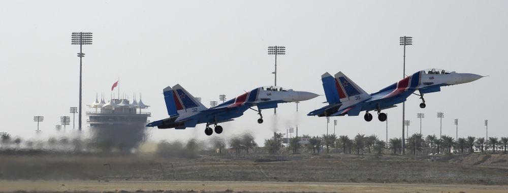 Grupo de aviação da Rússia realiza manobras com caças Su-27 no Show Aéreo Internacional Bahrein 2018