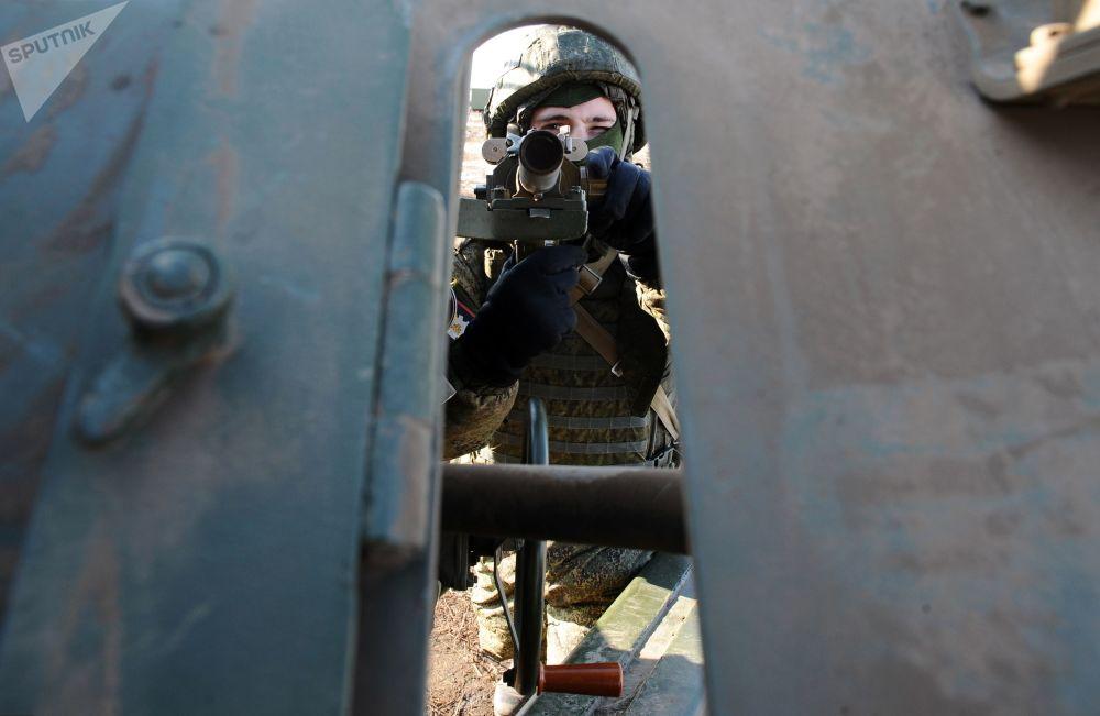 Artilheiro da 150ª divisão de infantaria motorizada se prepara para os exercícios no polígono Kuzminsky na região russa de Rostov
