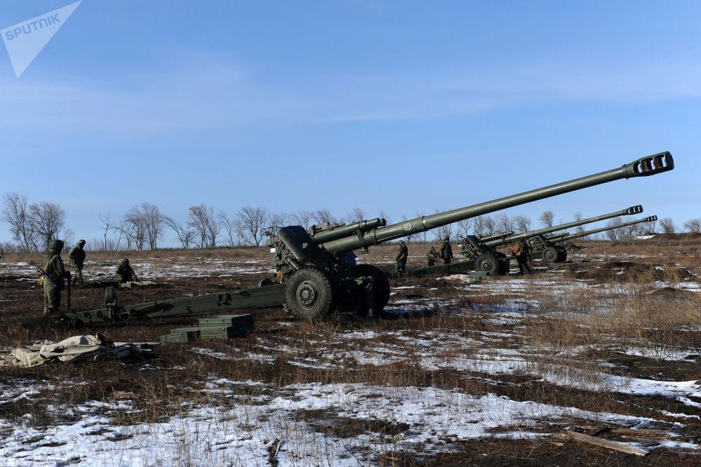 Militares preparam um obuseiro 2А65 Msta-B de 152 mm para efetuar tiro real