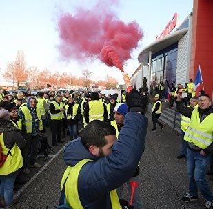 Manifestantes participam da ação dos coletes amarelos em Vendenheim, na França, em 17 de novembro