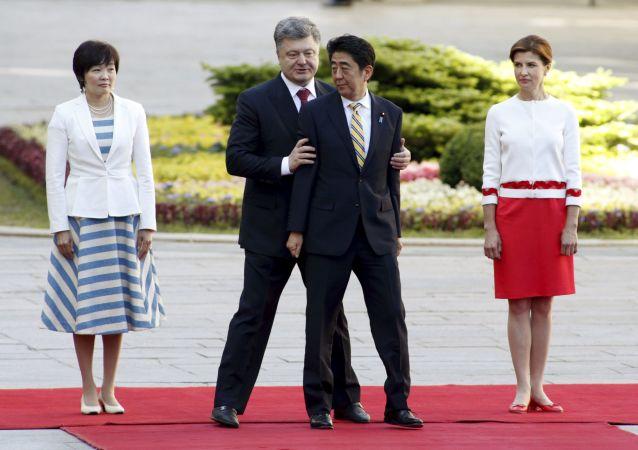 Presidente da Ucrania Pyotr Poroshenko e primeiro-ministro do Japão Shinzo Abe  em Kiev