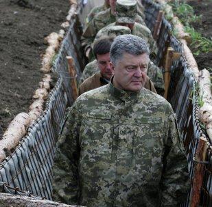 Presidente ucraniano Pyotr Poroshenko examina a construção de fortificações na região de Donetsk (foto de arquivo)