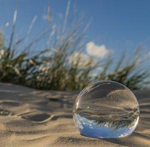 Bola de vidro na praia (imagem ilustrativa)