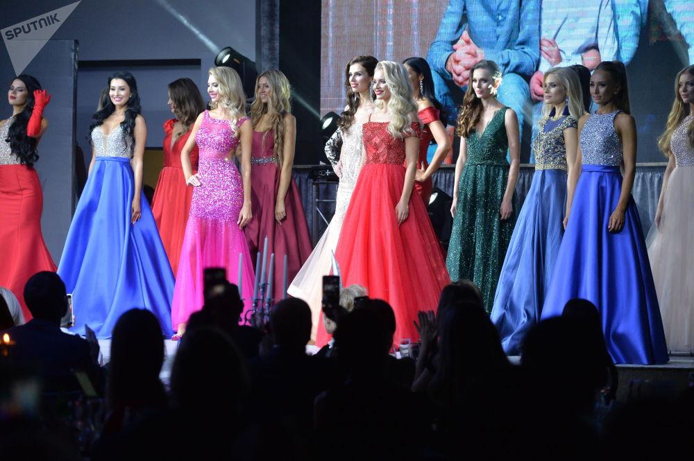 Candidatas do concurso desfilam usando vestidos noturnos.