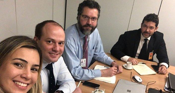 Chanceler Ernesto Araújo (segundo da direita para esquerda) ao lado da sua equipe de transição