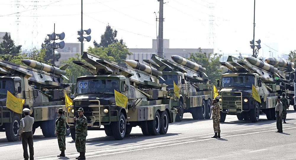 Mísseis iranianos exibidos durante uma parada por ocasião do Dia Nacional do Exército (foto de arquivo)