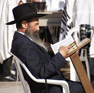 Judeu lendo (imagem referencial)