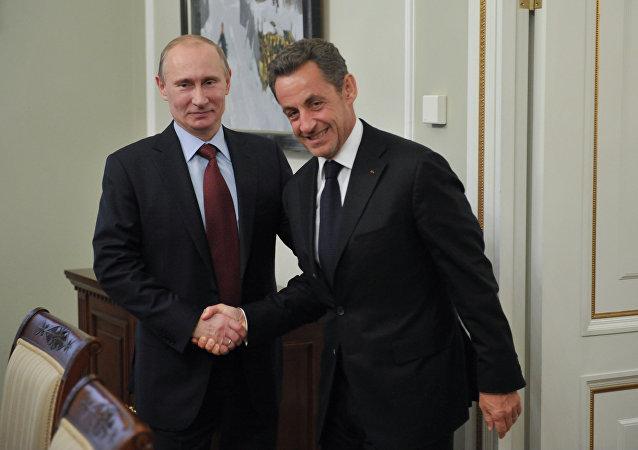 O presidente russo, Vladimir Putin (à esquerda), e o ex-presidente francês, Nicolas Sarkozy (à direita) durante encontro na residência oficial de Novo-Ogaryovo.
