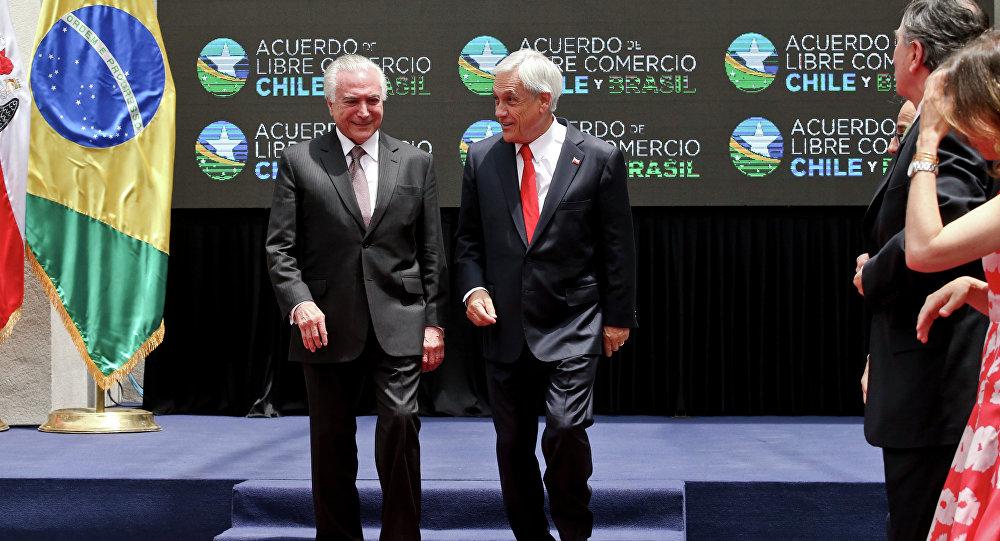 O presidente brasileiro, Michel Temer (à direita), e o presidente chileno, Sebastián Piñera (à esquerda), durante cerimônia de assinatura de acordo de livre comércio entre Brasil e Chile, no palácio presidencial de La Moneda, em Santiago, Chile.