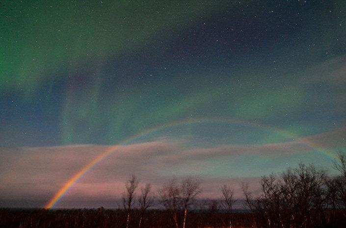 Combinação rara de arco-íris lunar e aurora polar na Suécia