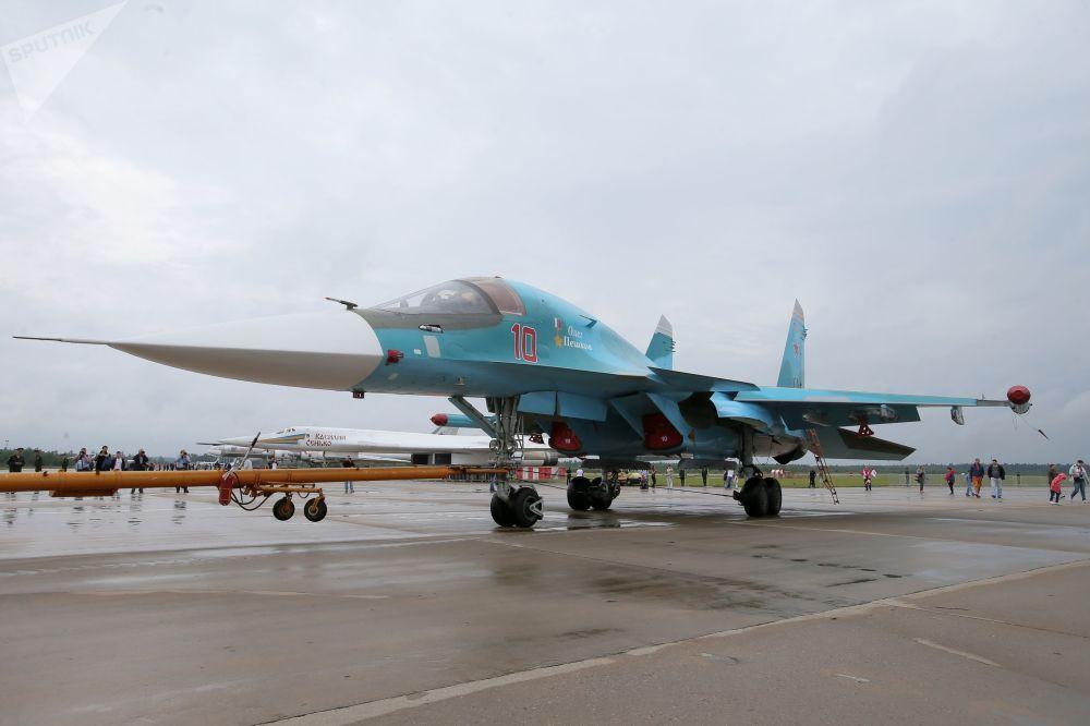 Caça-bombardeiro Su-34 Oleg Peshkov, batizado em homenagem ao piloto russo morto na província síria de Latakia em novembro de 2015