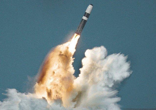 Lançamento subaquático de um míssil balístico Trident a partir de um submarino