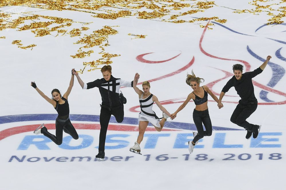 Patinadores artísticos russos se apresentam durante a 5ª etapa do Grand Prix, em Moscou