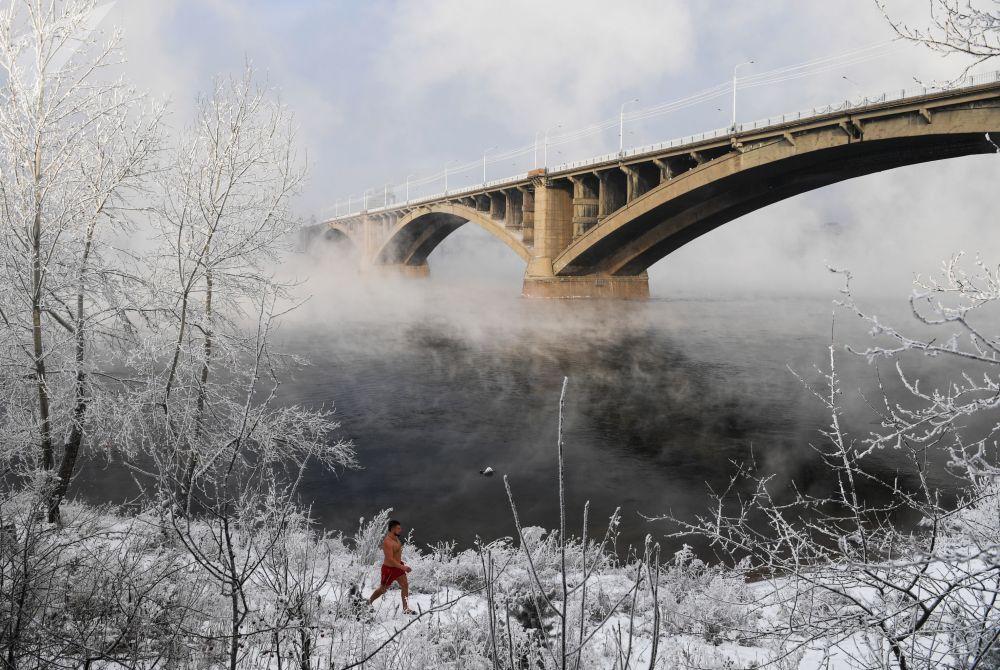 Membro do clube de natação de inverno na margem do rio Ienissei, em meio a uma temperatura de 25 graus negativos em Krasnoyarsk