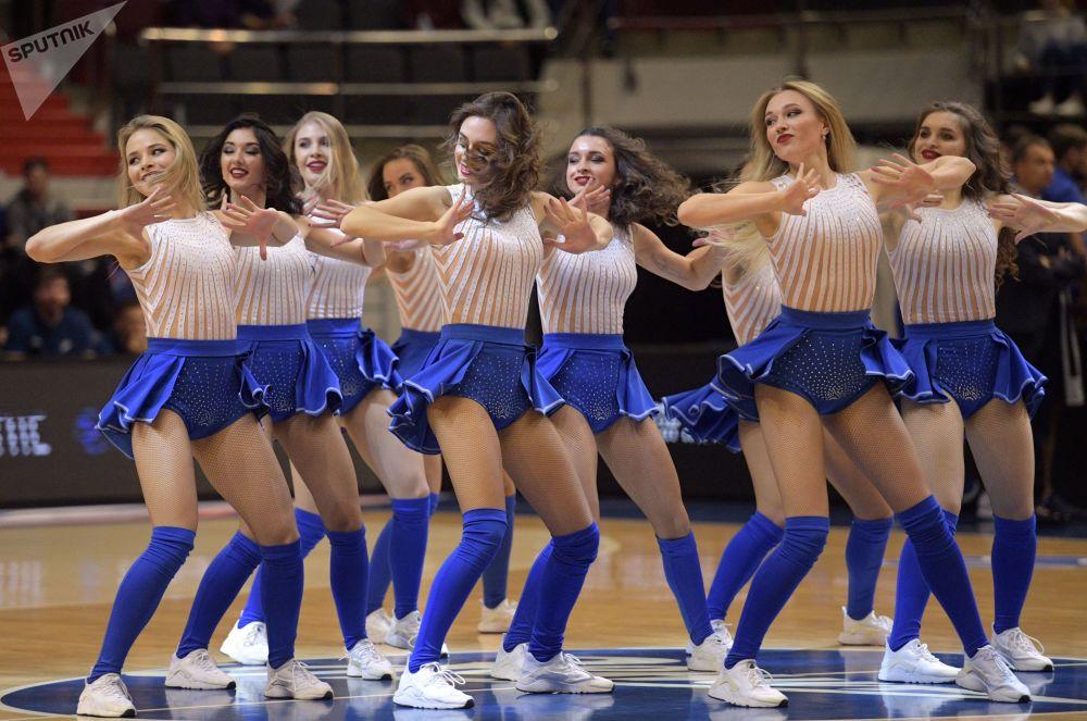 Animadoras de torcida da equipe de basquete Zenit durante um intervalo no jogo da etapa de grupos contra o clube italiano Dolomiti Energia Trento
