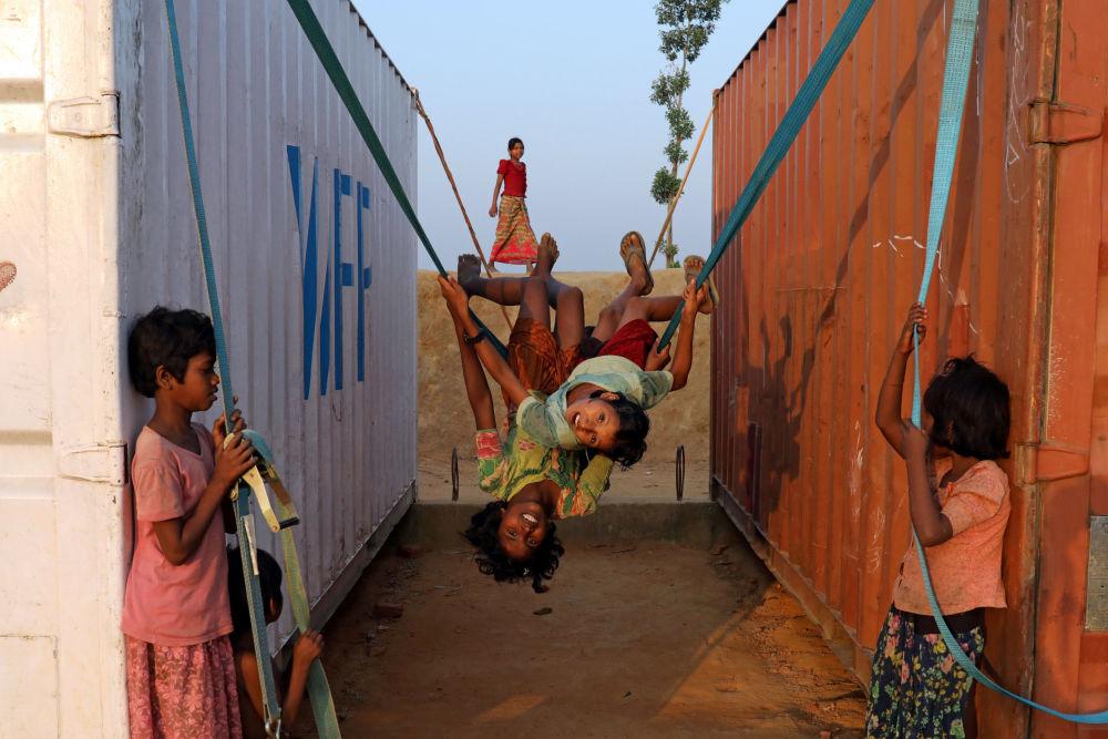 Crianças refugiadas rohingya brincam nas ruas de uma cidade bengali