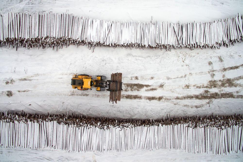 Depósito de matéria-prima de uma empresa de indústria florestal, na região russa de Krasnoyarsk