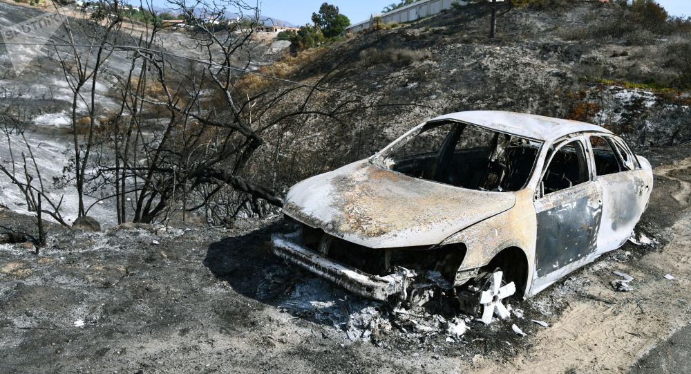 Carro queimado pelos incêndios florestais perto da cidade de Malibu, na Califórnia