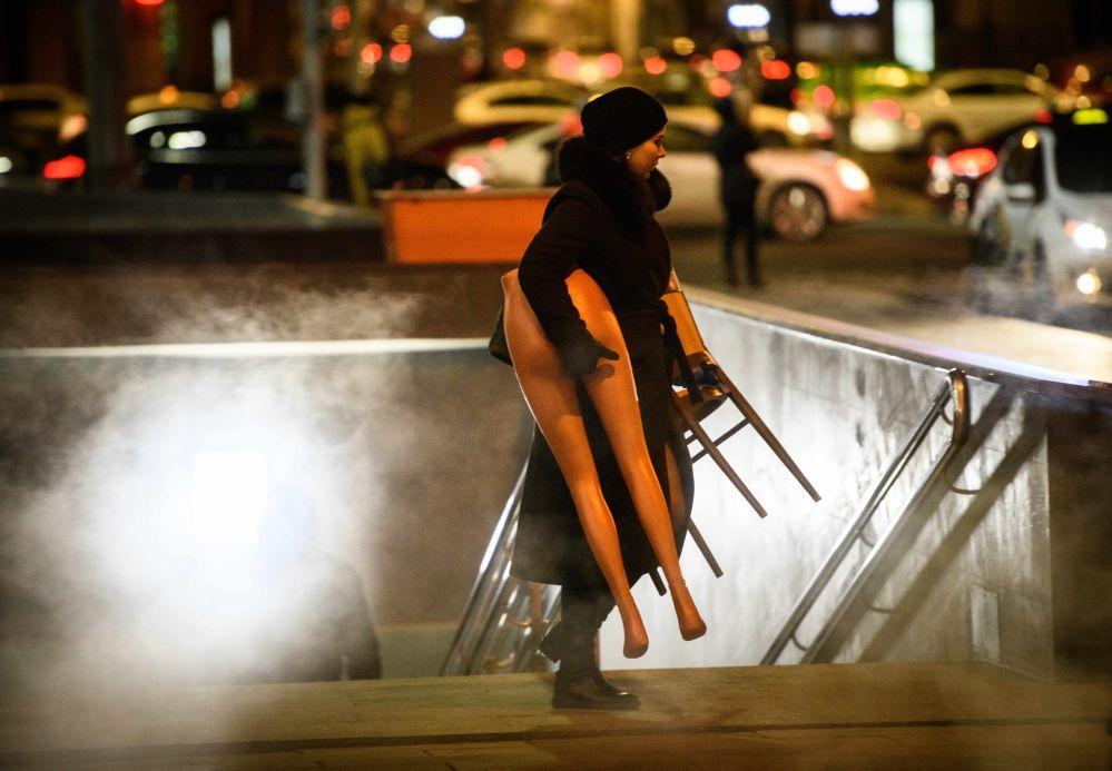 Mulher leva a parte inferior de um manequim saindo do metrô em Moscou