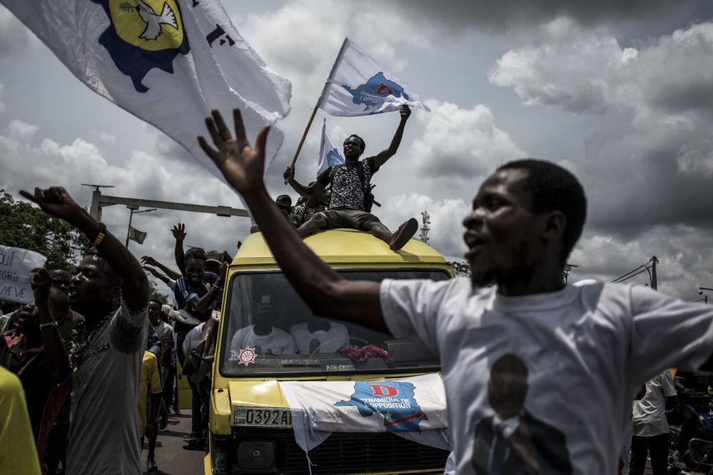Apoiadores do líder da oposição radical na República Democrática de Congo, Martin Fayulu, festejam início da sua campanha presidencial em Kinshasa