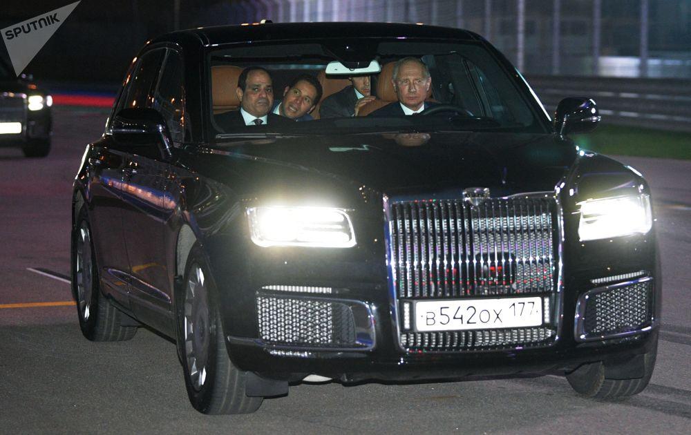 O presidente russo, Vladimir Putin, e seu homólogo egípcio, Abdel Fattah al-Sisi, no carro presidencial Aurus, em Sochi, em 17 de outubro de 2018