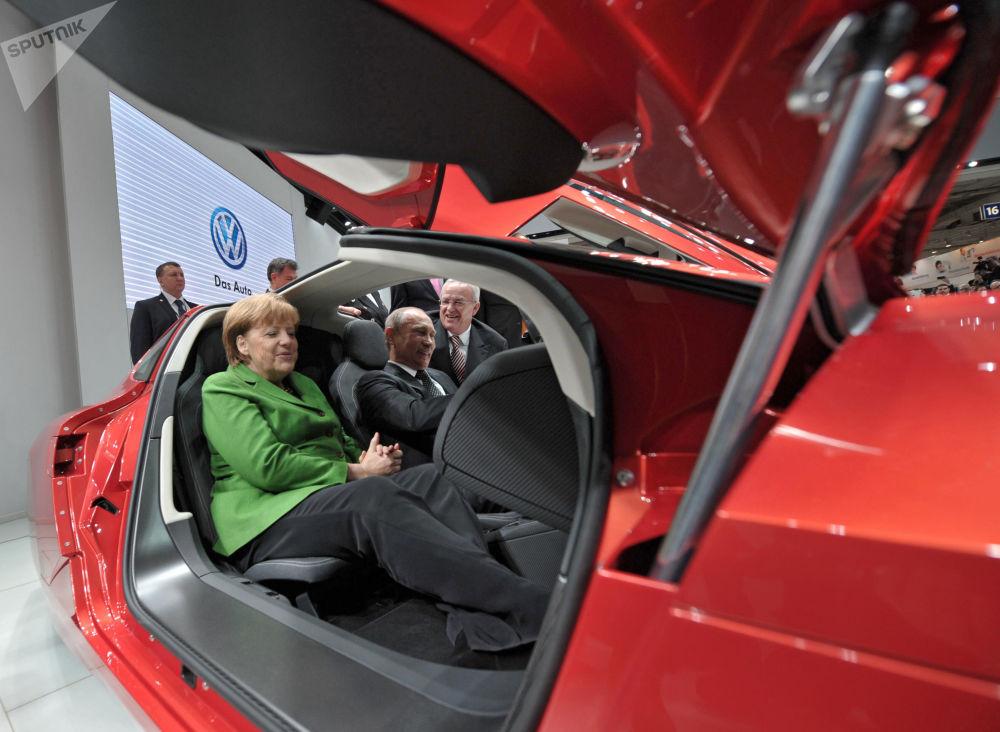 O presidente russo, Vladimir Putin, e a chanceler alemã, Angela Merkel, no salão de um carro durante abertura da Feira Industrial Internacional Hannover Messe 2013, em 8 de abril de 2013