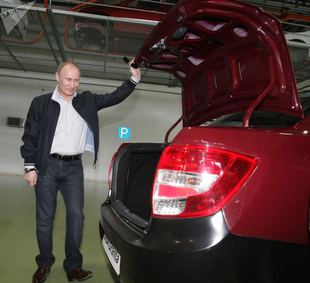 Vladimir Putin, então premiê russo, inspeciona novo modelo de carro produzido na Rússia, Lada Granta, em 11 de maio de 2011