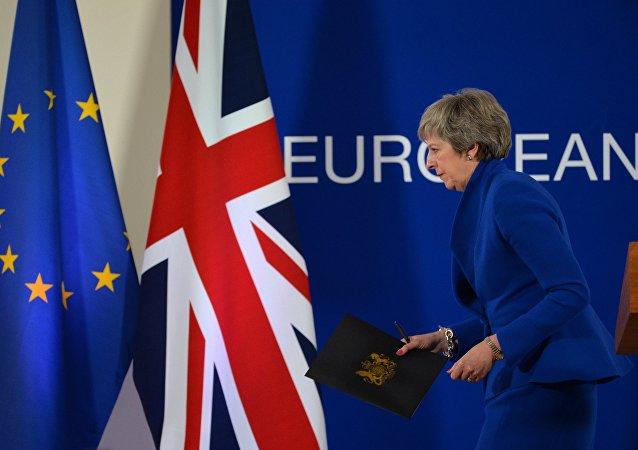 A primeira-ministra britânica Theresa May deixa conferência de imprensa após uma extraordinária cúpula do Brexit realizada pela União Europeia.