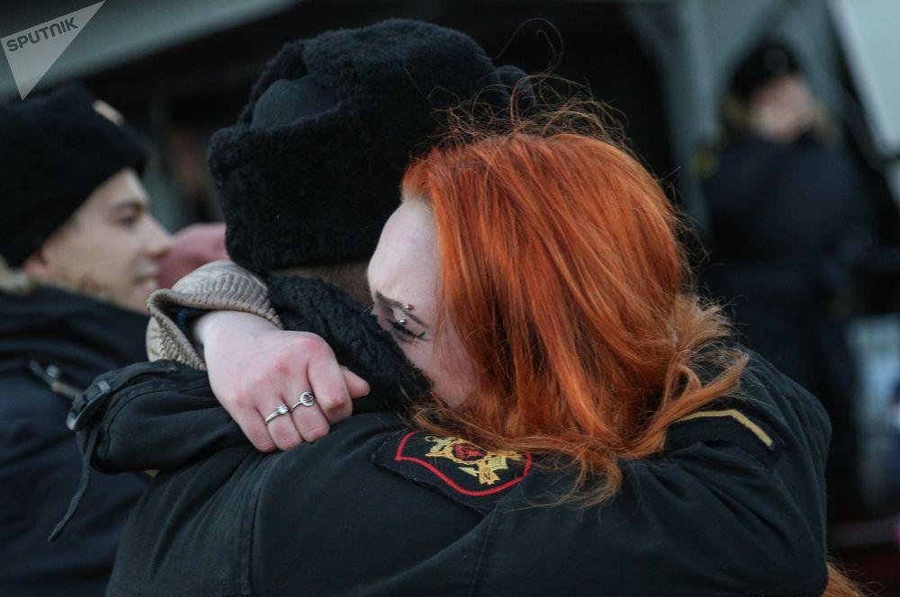 Tripulante do cruzador de mísseis Marshal Ustinov é recebido pela amada no cais da Frota do Norte em Severomorsk