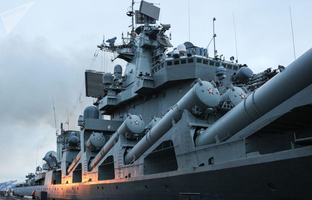 Cruzador de mísseis Marshal Ustinov atracado no cais da Frota do Norte russa em Severomorsk