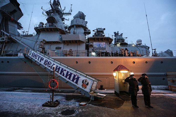 Cruzador porta-mísseis nuclear Pyotr Veliky no cais da Frota do Norte em Severomorsk