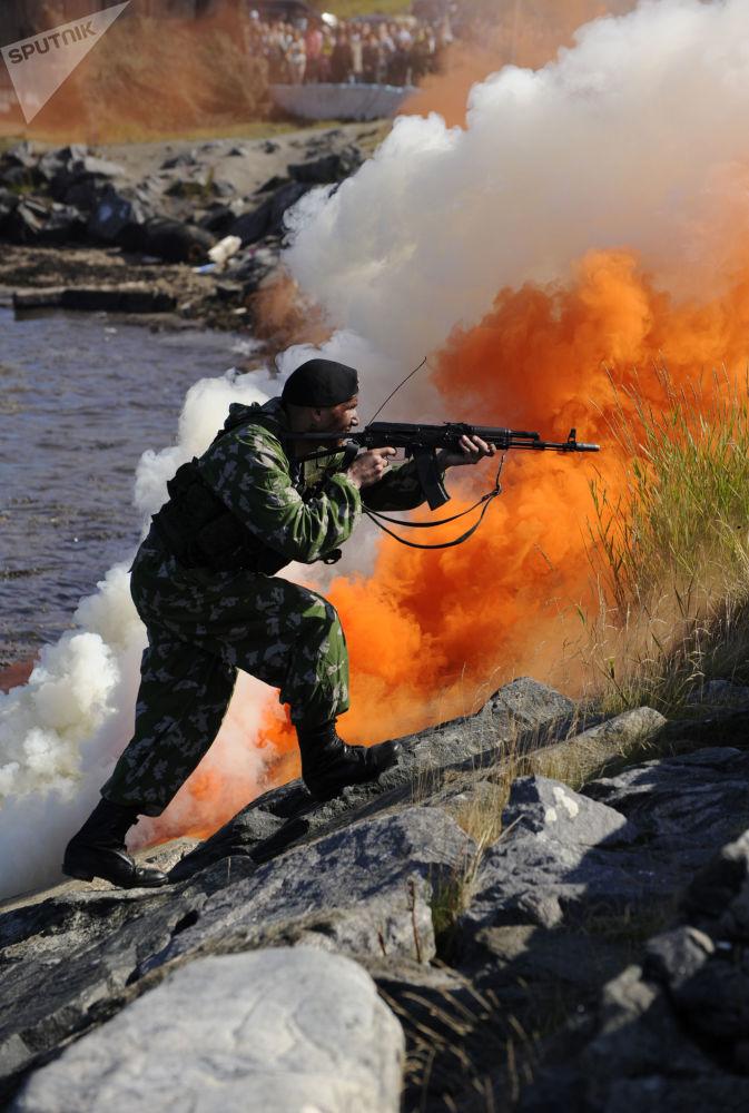 Fuzileiro naval no decorrer da atuação de demonstração em homenagem ao Dia da Marinha da Rússia