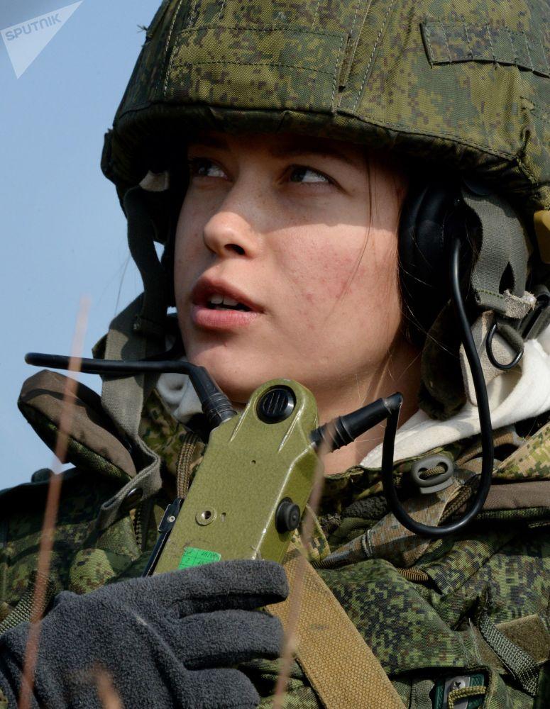 Militar feminina do serviço de comunicação participa de treinamentos dos fuzileiros navais da Frota do Pacífico russa