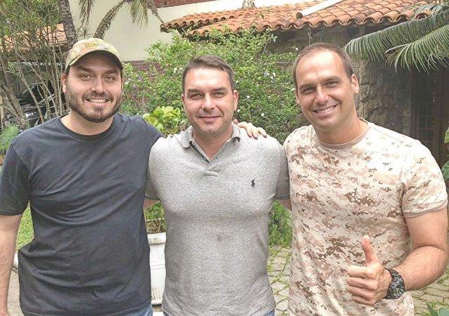 Carlos Bolsonaro (primeiro à esq.) ao lado dos irmãos Flávio e Eduardo