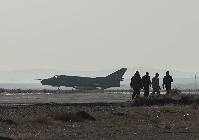 Um jato Su-22 da Força Aérea Síria na província de Homs.
