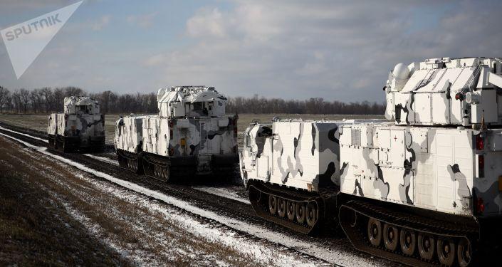 O sistema de mísseis antiaéreos Tor-M2DT é uma variante ártica do sistema Tor-M2, criada com base no DT-30, um veículo anfíbio fora de estrada articulado de duas seções sobre lagartas