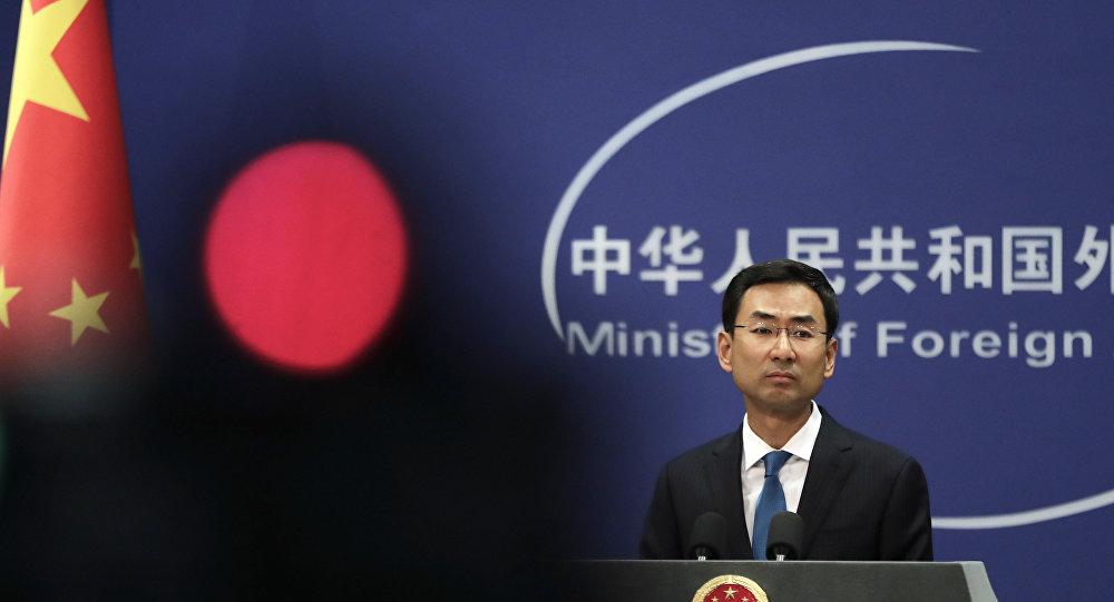 O porta-voz do Ministério das Relações Exteriores da China, Geng Shuang durante um briefing diário no escritório do Ministério das Relações Exteriores em Pequim (arquivo)