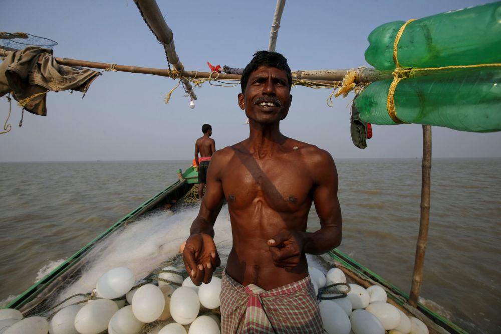 Pescadores se preparam para lançar uma rede nas águas da ilha.
