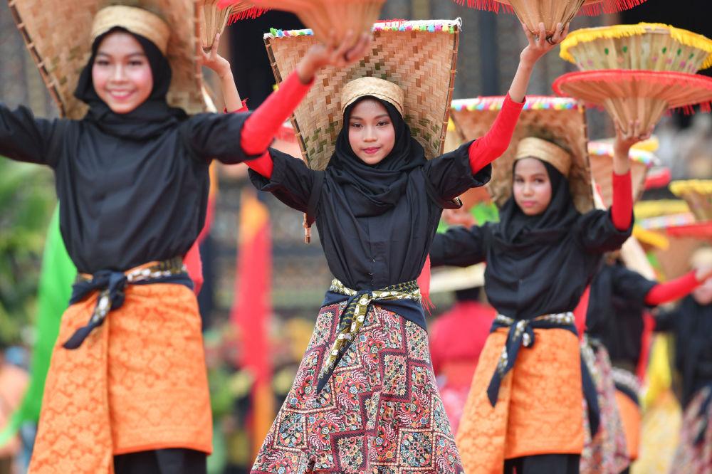 Dançarinas no Festival de Arte e Cultura em Batusankar, na província Sumatra Ocidental da Indonésia, 29 de novembro de 2018
