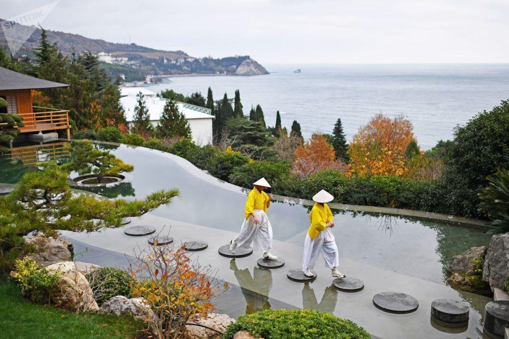 Artistas na abertura do jardim japonês no Parque Aivazovsky, Crimeia (Rússia), 29 de novembro de 2018