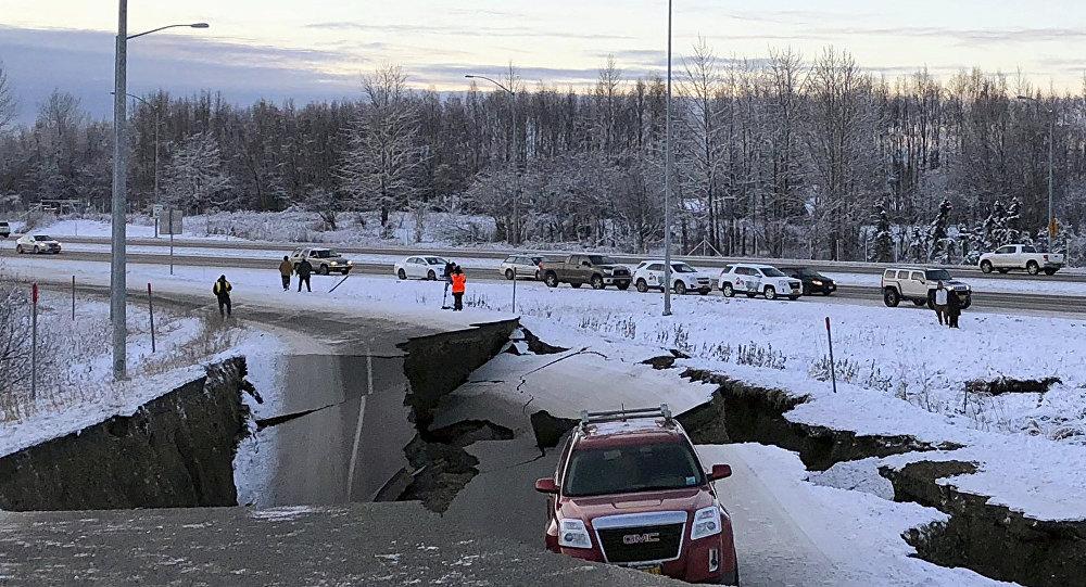 Carro preso na estrada em Anchorage, Alasca, EUA, 30 de novembro de 2018