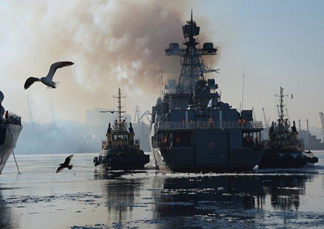 Grande navio antissubmarino russo Admiral Tributs no porto de Vladivostok