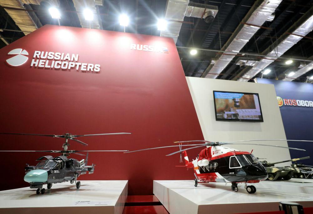 Maquetes de helicópteros são exibidas no estande russo na Feira Internacional de Defesa EDEX 2018 no Egito