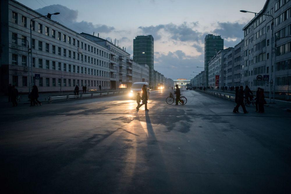 Norte-coreanos nas ruas da cidade de Sinuiji que faz fronteira com a China