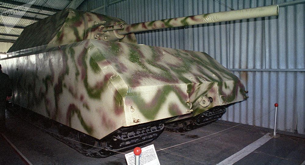 Museu da história militar de veículos blindados. Tanque pesado Maus (Porshe 205). Primeiro exemplar construído em 1943, em Berlim