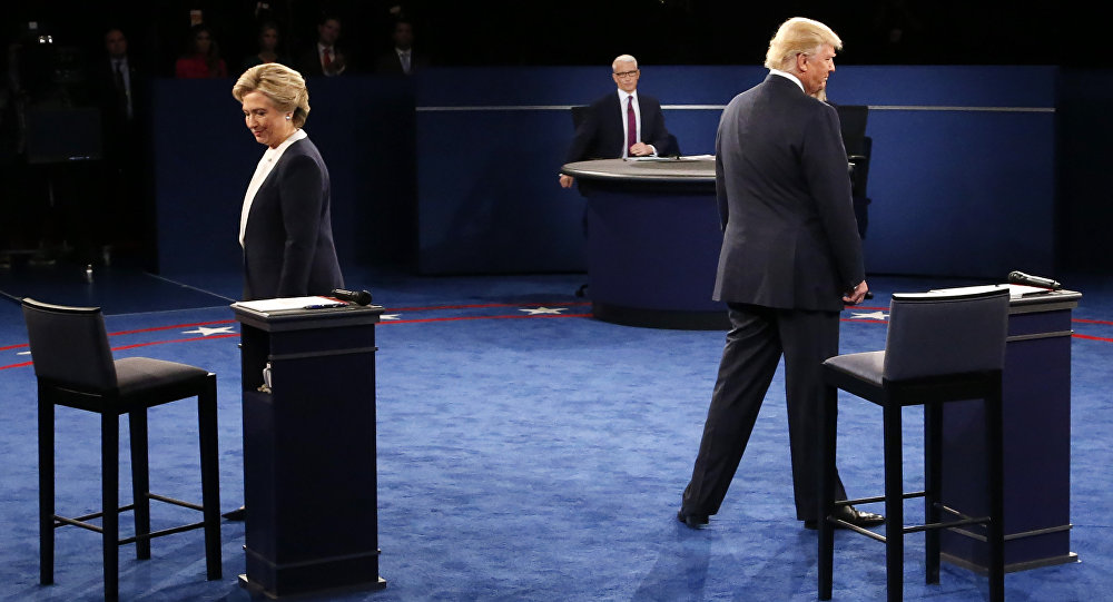 Hillary Clinton e Donald Trump no palco durante o segundo debate presidencial na Universidade de Washington (arquivo)