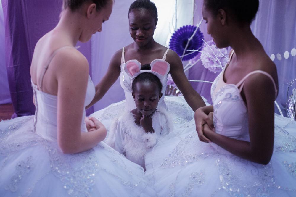 Dançarinas do grupo Dance Centre Kenya antes do balé Quebra-Nozes, em Nairóbi
